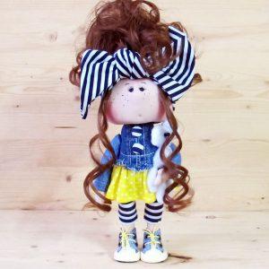 Куколка в джинсовой одежде с бантом